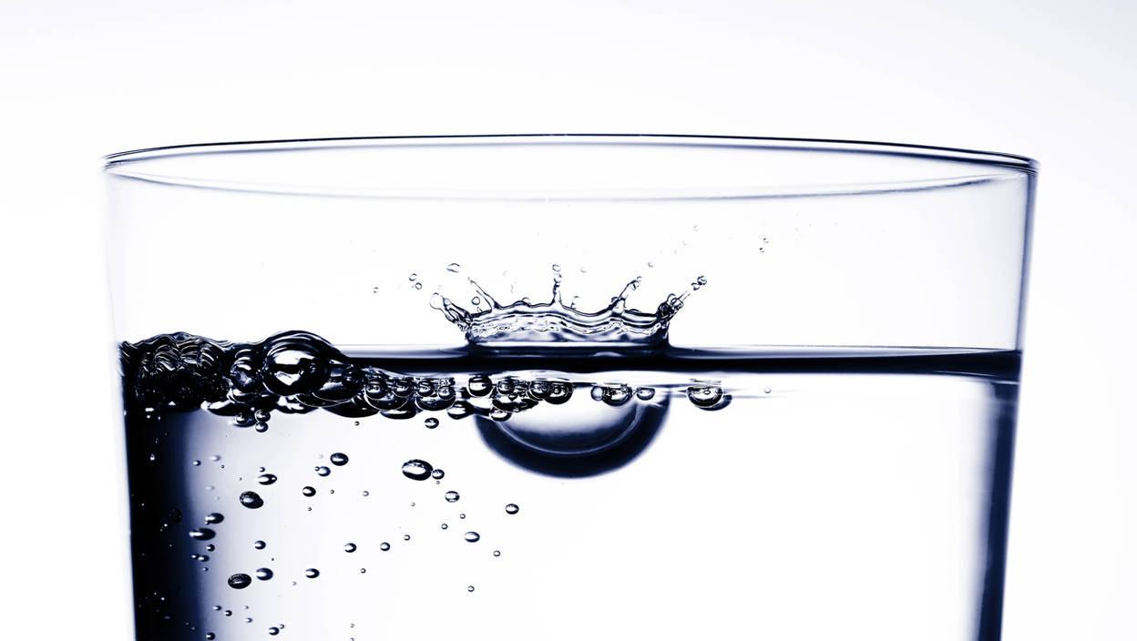 27_Wassertropfen_im_Glas