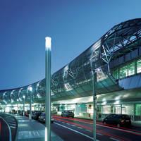 Ein Foto des Flughafen Düsseldorf Vorfahrt in einer Abendstimmung