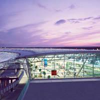 Foto der Dachansicht vom Flughafen Düsseldorf in der Abenddämmerung